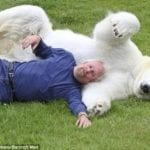 Дружба полярной медведицы и дрессировщика