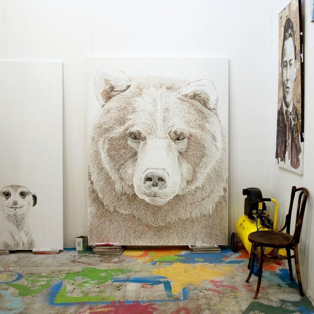 Медведь из мебельных скоб в Галерее картин Славы Зайцева